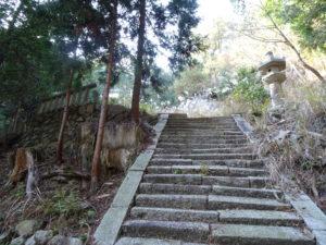 片山神社本殿へと続く石階段