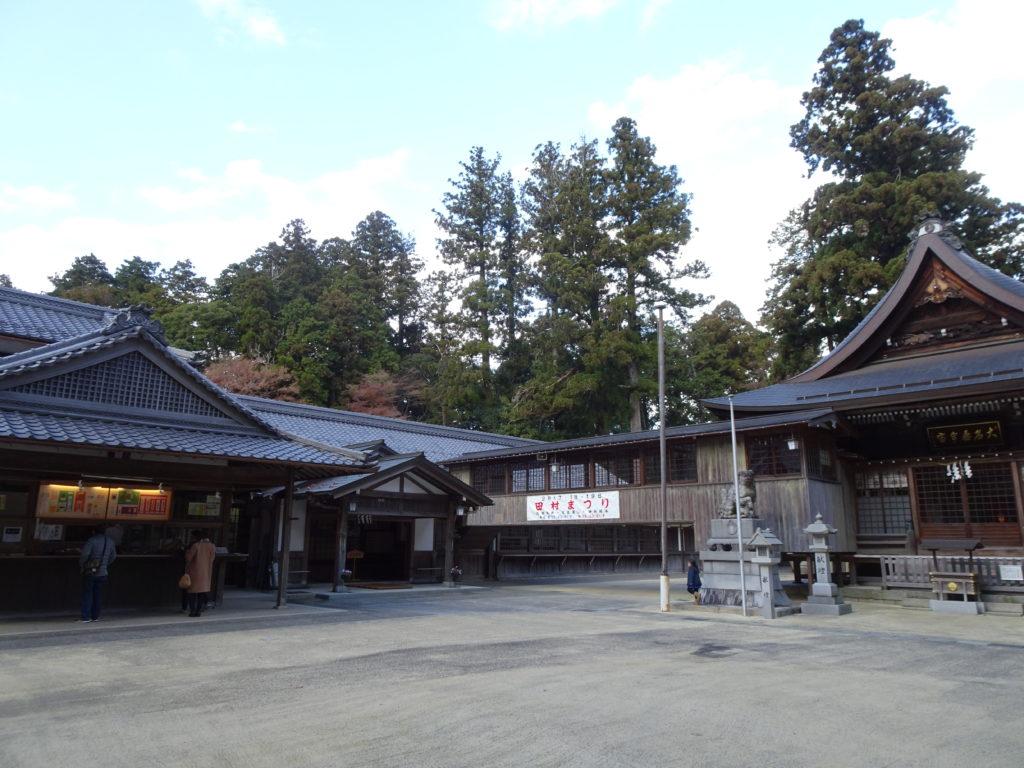 田村神社拝殿前広場