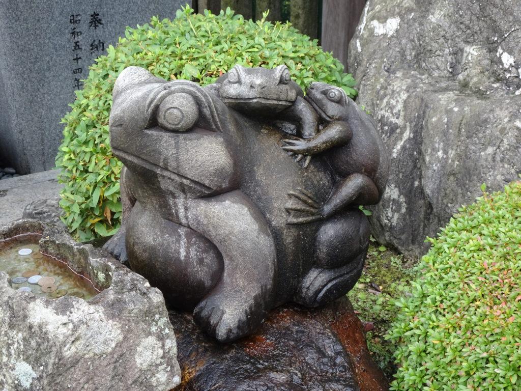 西院春日神社一願蛙2