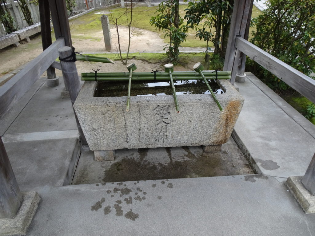 剣神社手水舎2