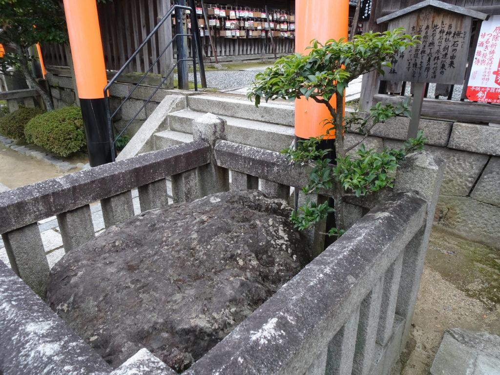 剣神社撫石